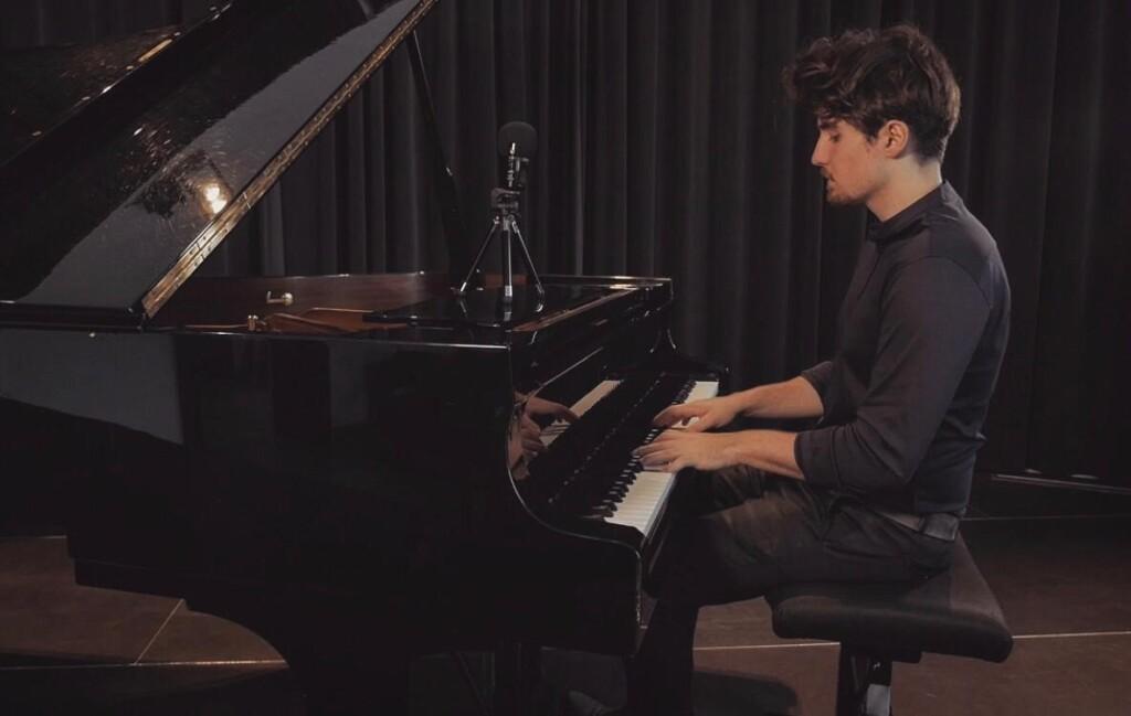 Julian Überlacker am Klavier